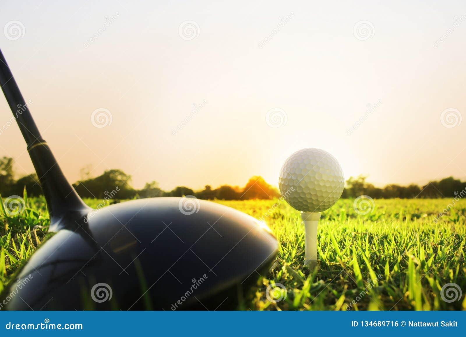 Club de golf et boule de golf sur l herbe verte prête à jouer