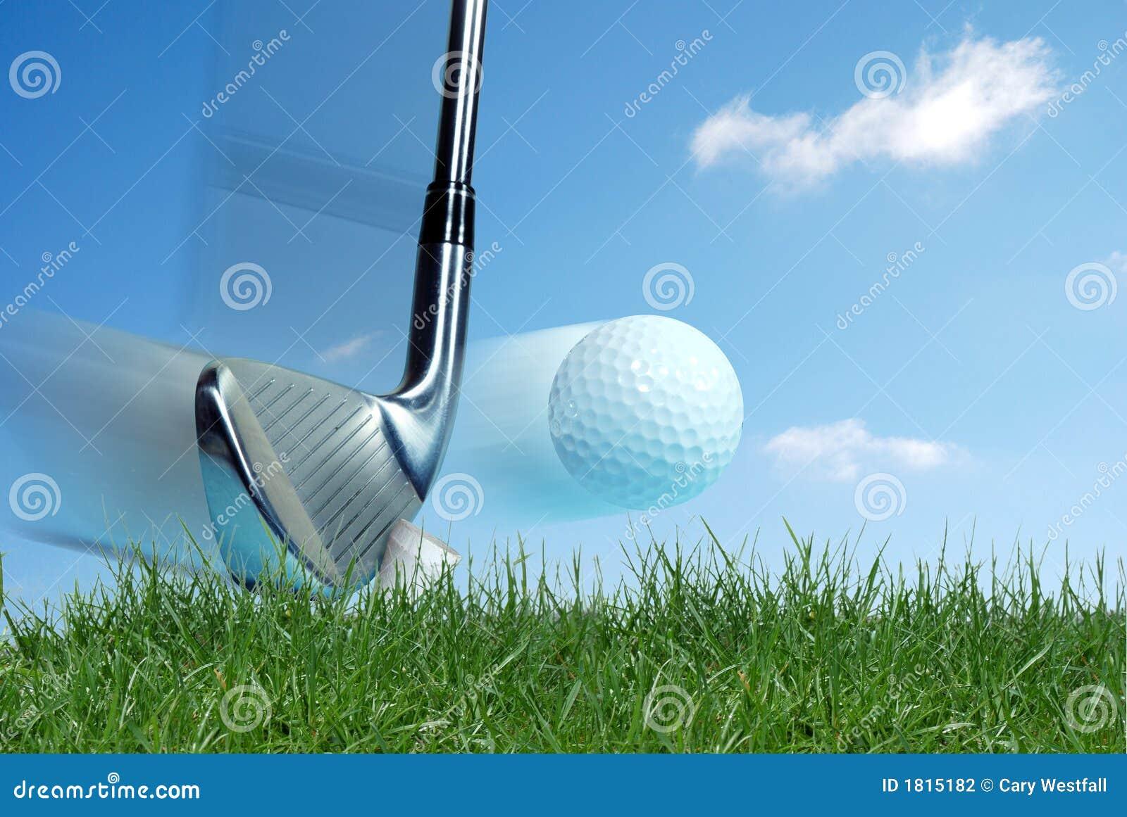 Club de golf que golpea la bola