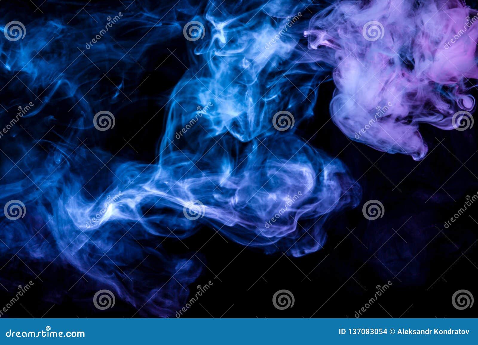 Clubes do fumo colorido da cor azul e cor-de-rosa em um fundo preto sob a forma das nuvens macias do vape