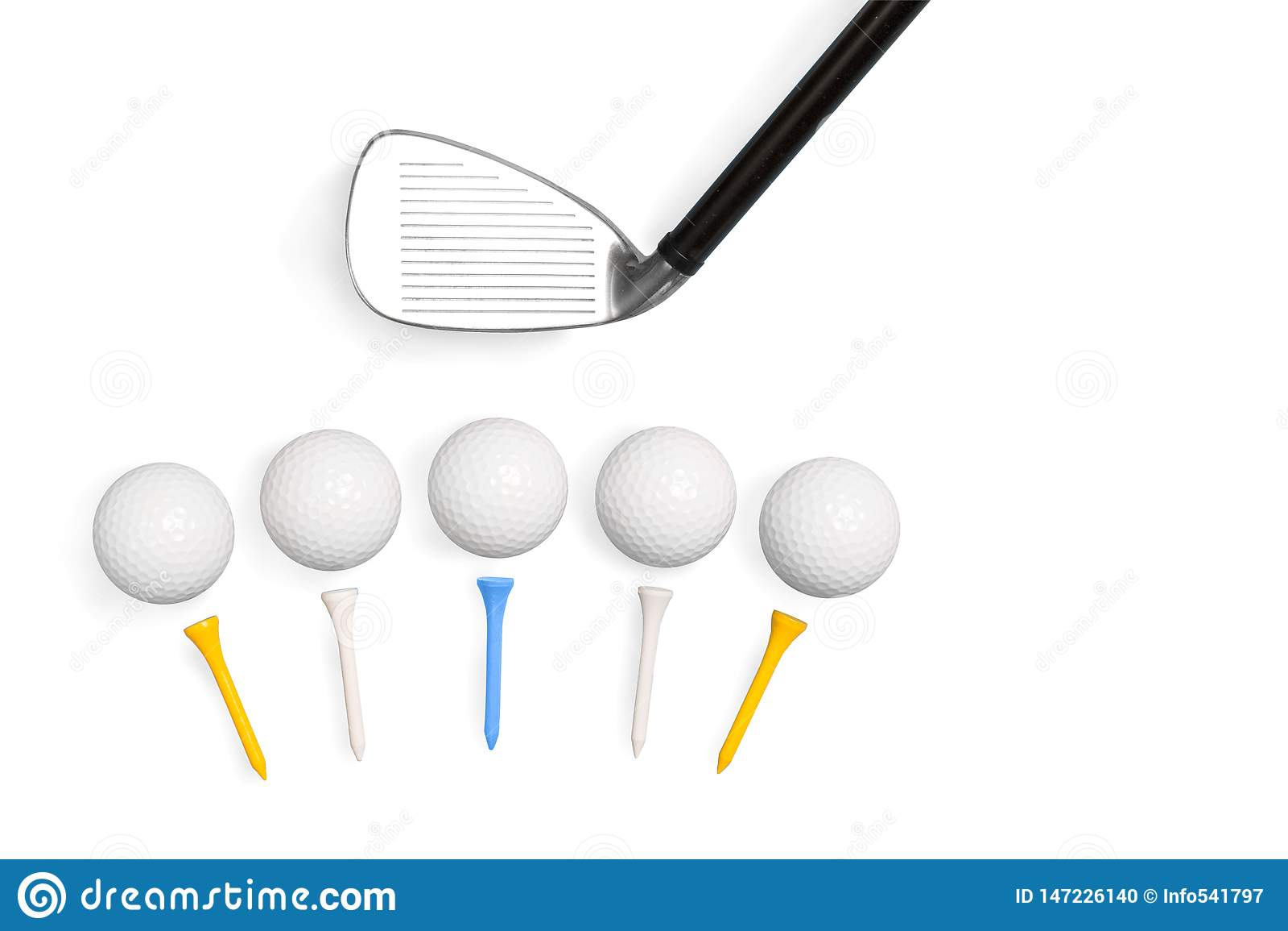 Clubes e bolas de golfe de golfe com os T isolados no fundo branco