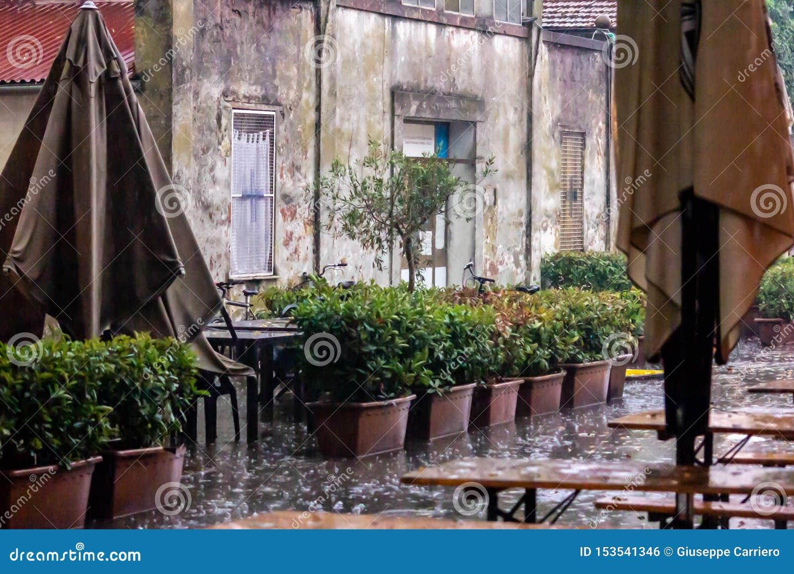 Clubes Venetian do verão forçados a fechar em julho devido às chuvas e às saraivas repentinas