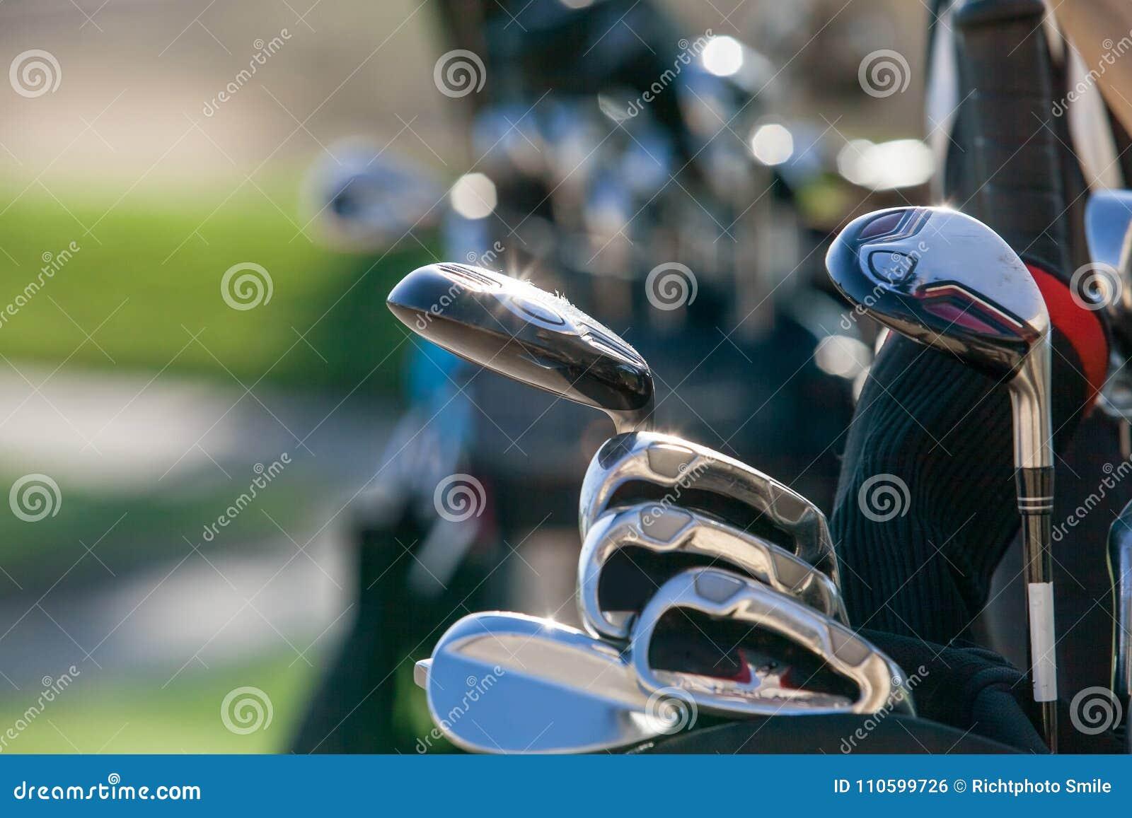 Clubs de golf à la lumière du soleil lumineuse