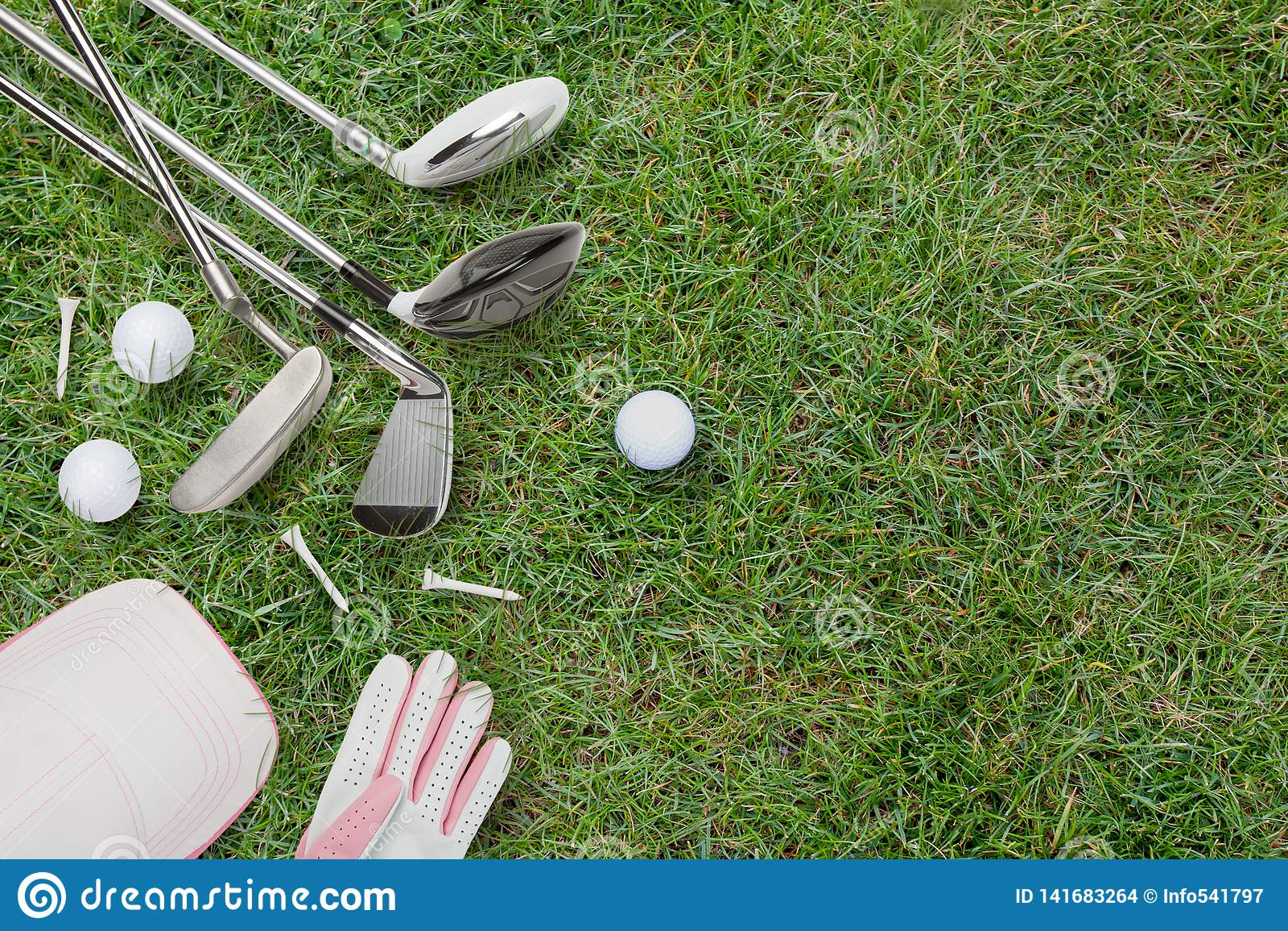 Clubs de golf, boules de golf, gant de golf et chapeau sur l herbe