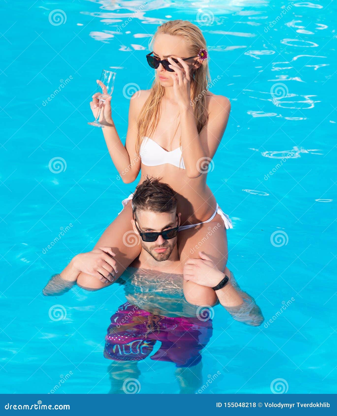 Clubs de la playa en Ibiza Resto joven del padre de familia y de la mujer en la playa del oc?ano Los pares rom?nticos jovenes fel