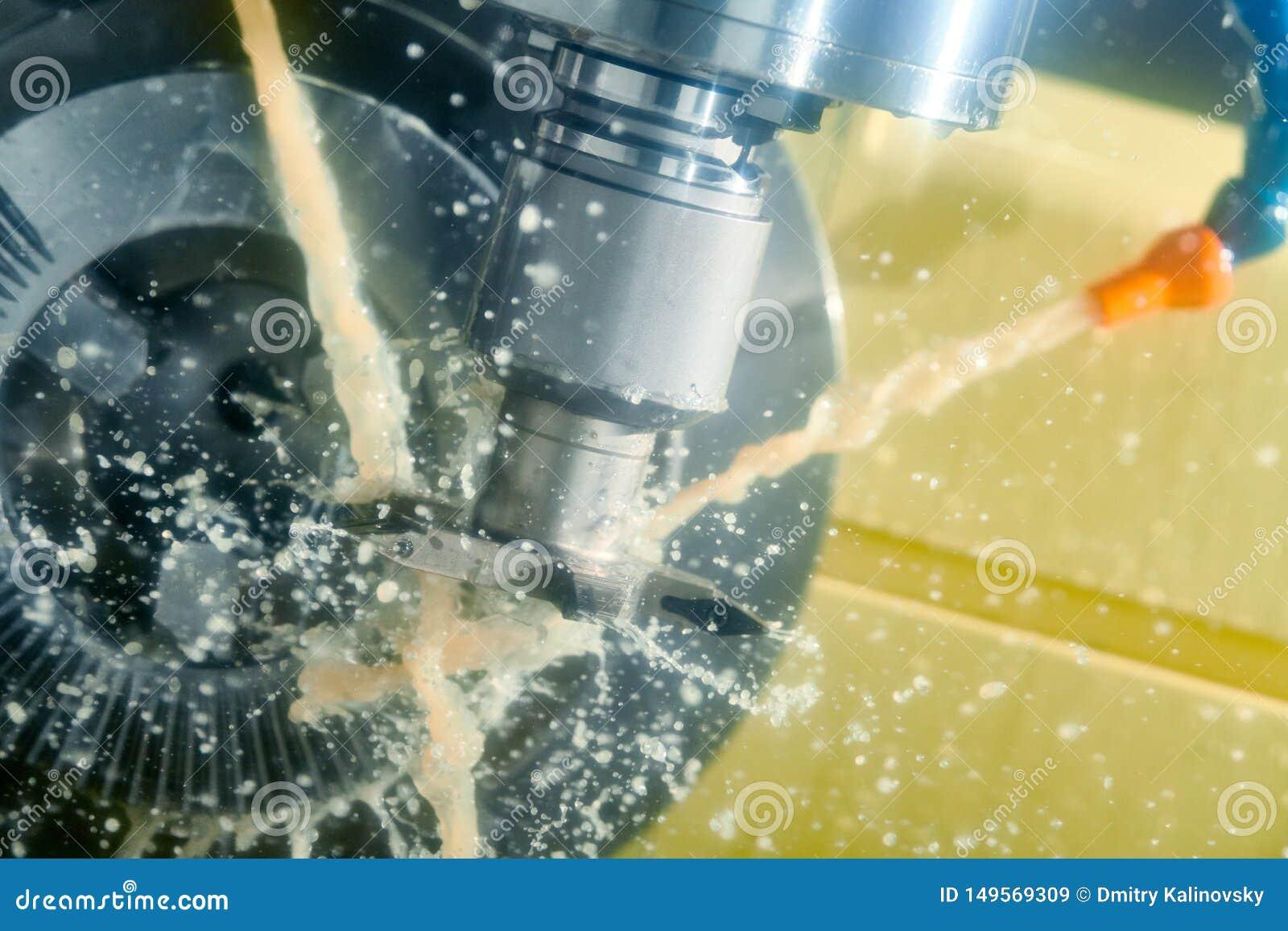 CNC het werk van de malenmachine Koelmiddel en smering in de industrie van de toestelmetaalbewerking