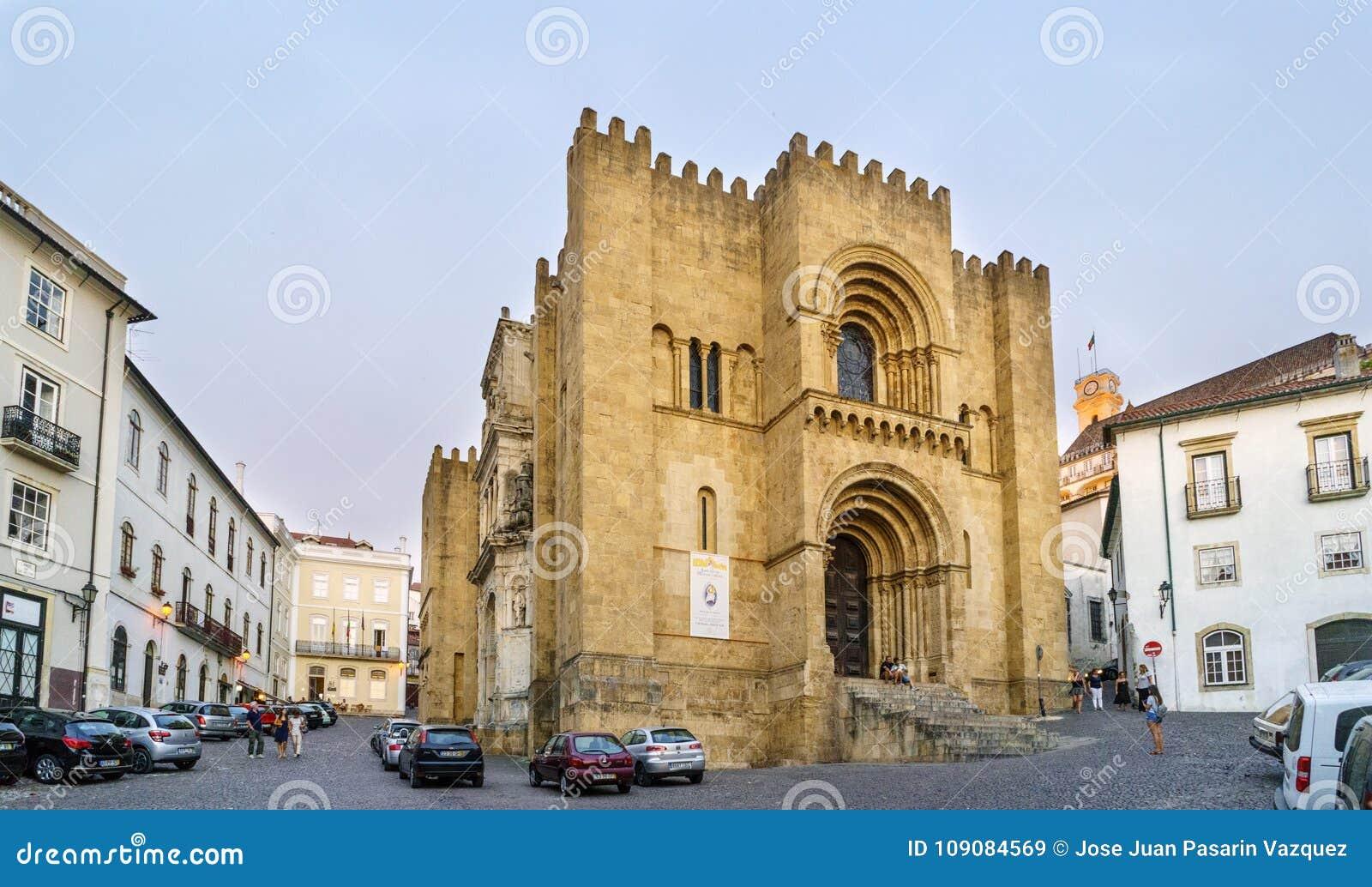 Coímbra, Portugal, el 13 de agosto de 2018: Fachada de la catedral vieja de Coímbra, el edificio Románico más importante del bui