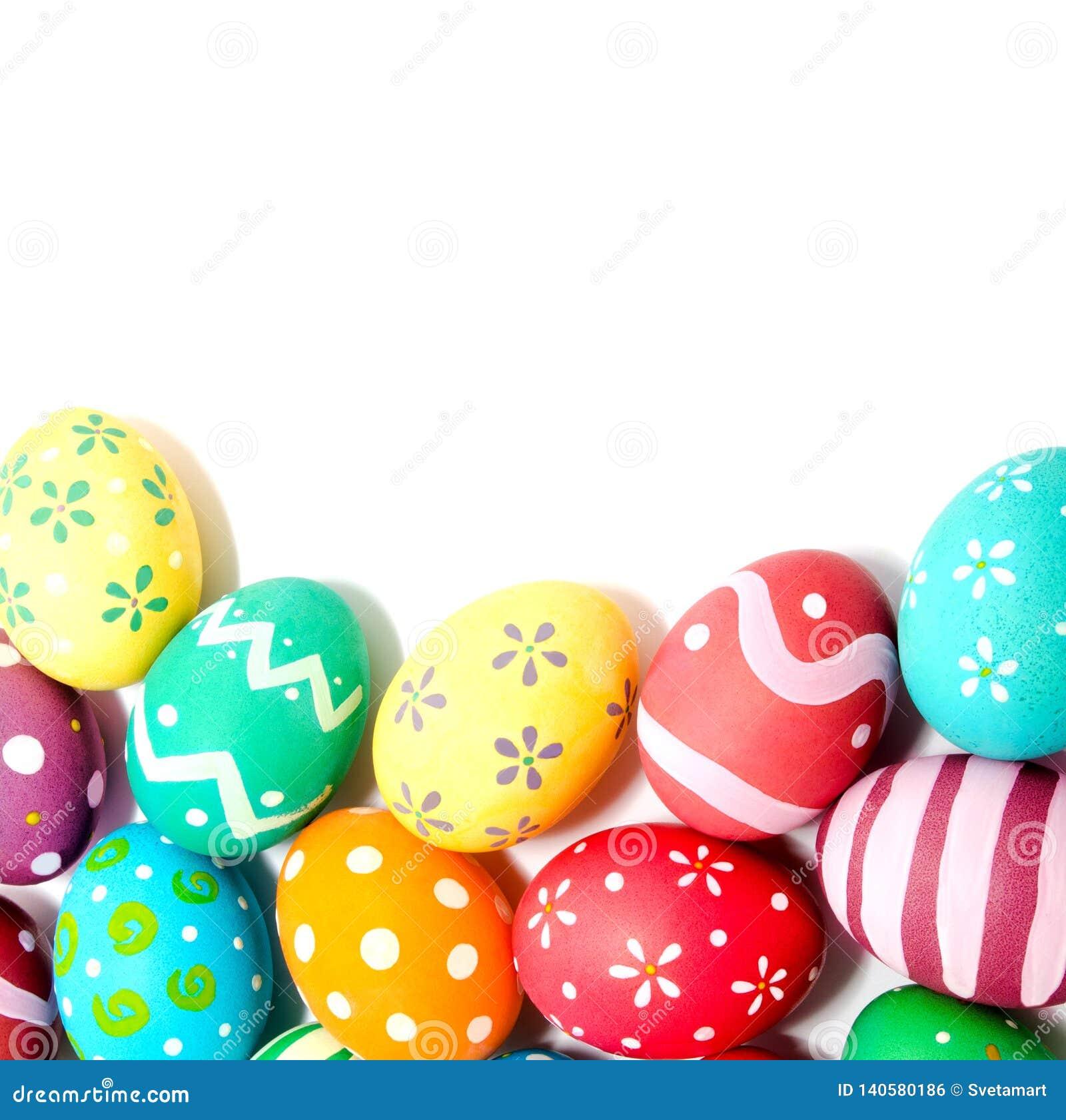 Совершенные красочные handmade изолированные пасхальные яйца