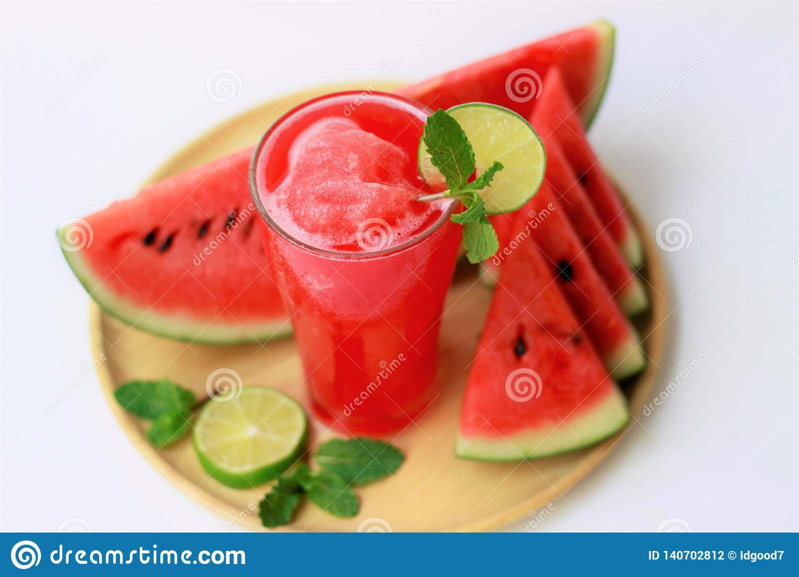 Сок арбуза конца-вверх свежий в стекле, здоровых напитках, костюме на лето, на белой предпосылке