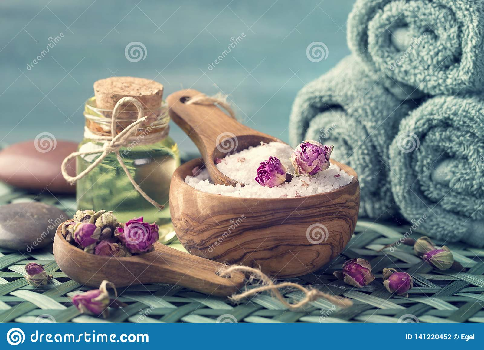 Соль моря с сухими лепестками розы