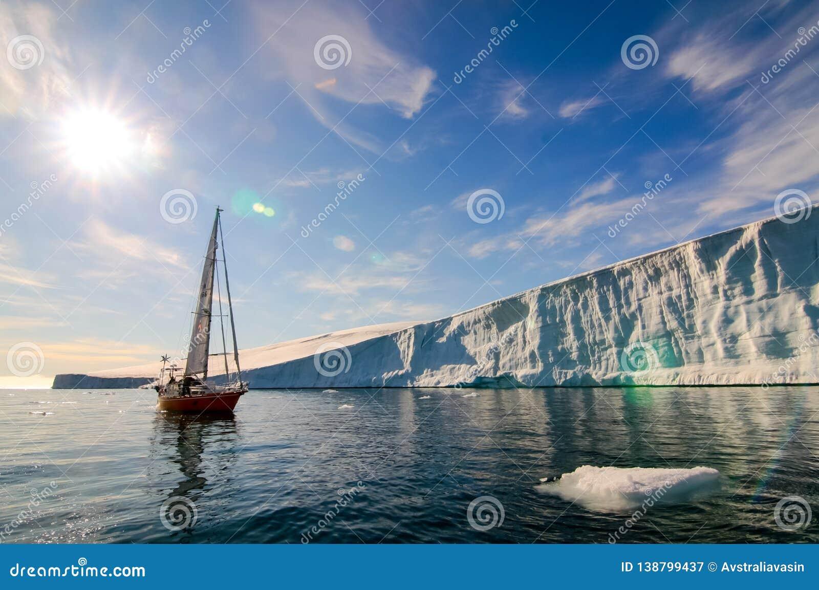 Сосуд ледовитой экспедиции в водах Северного океана