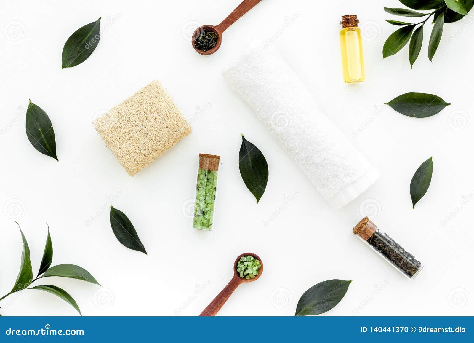 Состав спа с необходимым маслом дерева чая Свежие листья дерева чая, естественные косметики, полотенце на белой верхней части пре