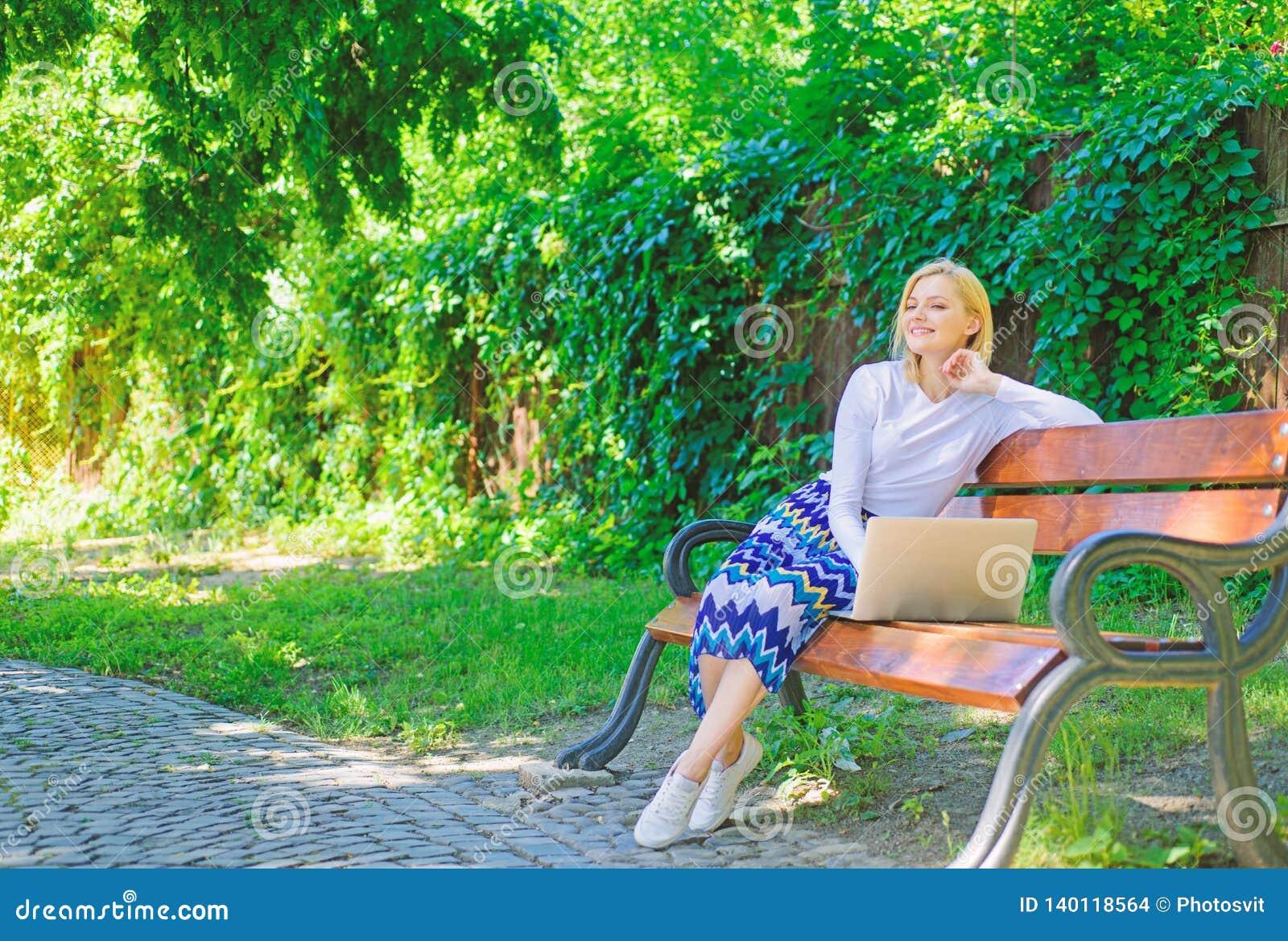 Сохраньте ваше время с ходить по магазинам онлайн Ходить по магазинам он-лайн Девушка сидит стенд с тетрадью Женщина с ноутбуком