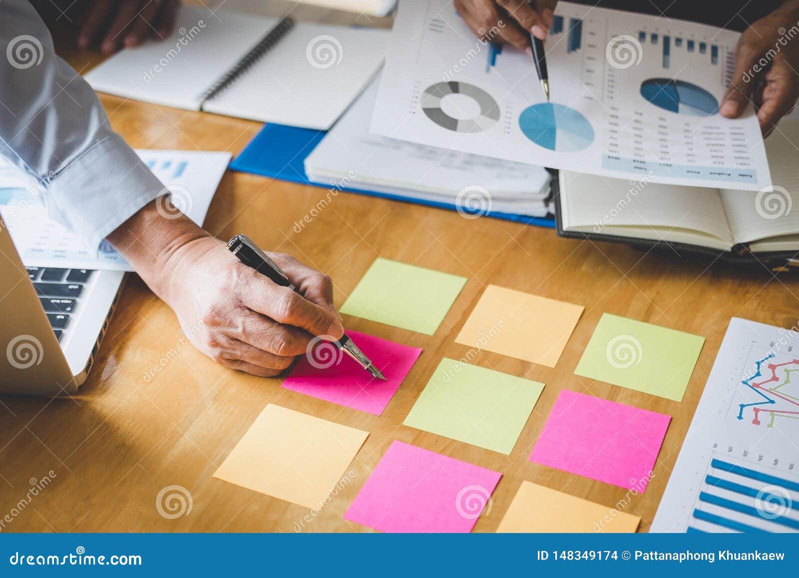 Co-arbetekonferens, aff?rslagkollegor som diskuterar arbeta analys med finansiella data och marknadsf?ra tillv?xtrapportgrafen