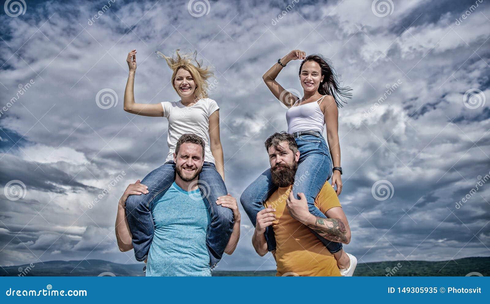 Co dzwonili?my zabawa Szcz??liwi m??czy?ni piggybacking ich dziewczyny Figlarnie pary w mi?o?ci ono u?miecha si? na chmurnym nieb