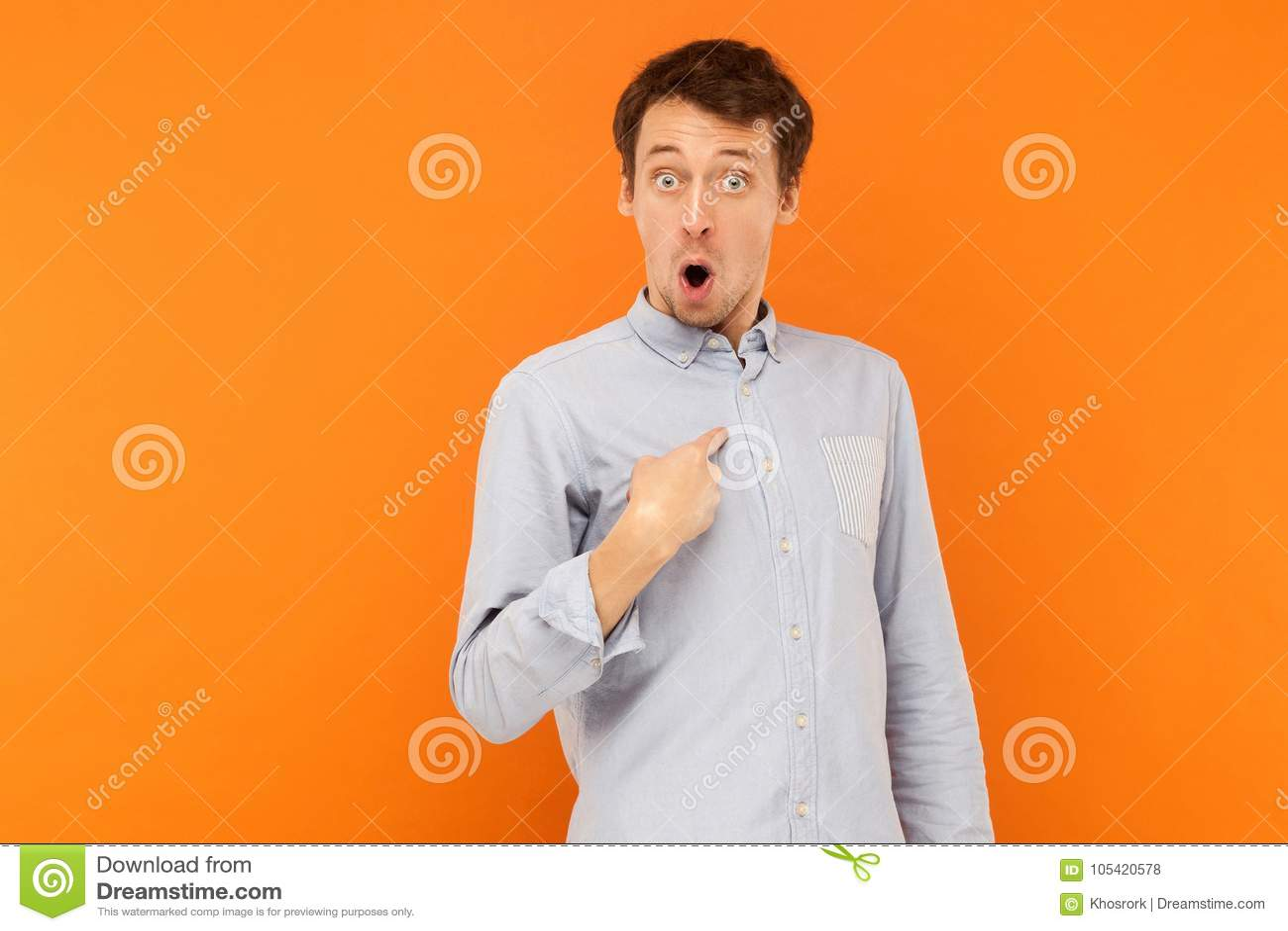 Co, i ` m? Szokujący mężczyzna patrzeje kamerę i wskazuje palcowych hims
