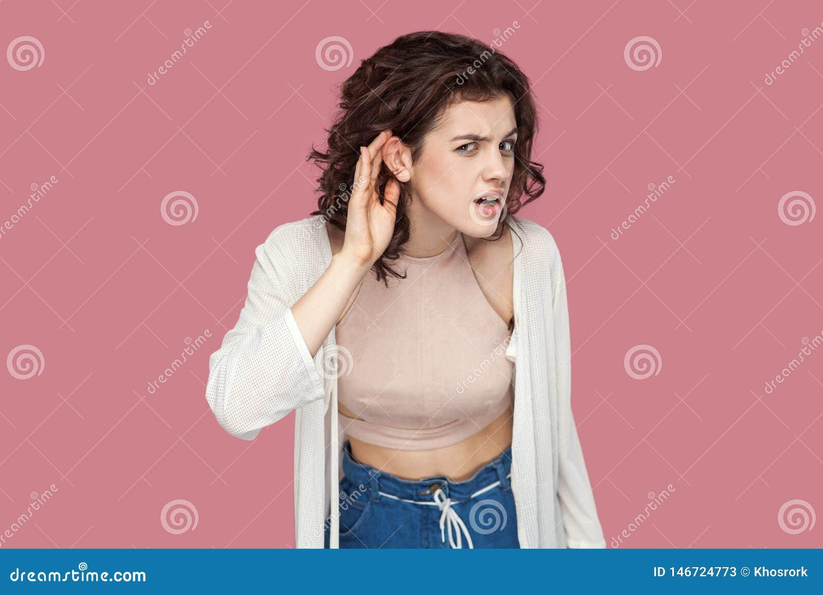 Co? mówi ja głośny Portret baczna brunetki młoda kobieta z kędzierzawą fryzurą w przypadkowego stylu pozycji z ręka gestem