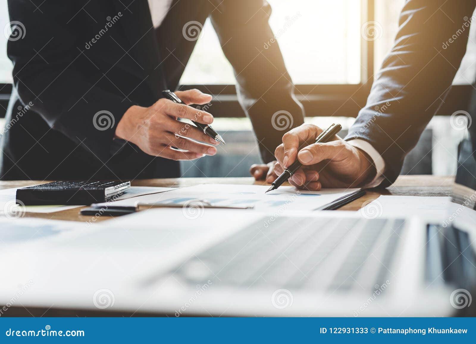 Co pracująca konferencja, biznesów drużynowi koledzy dyskutuje worek
