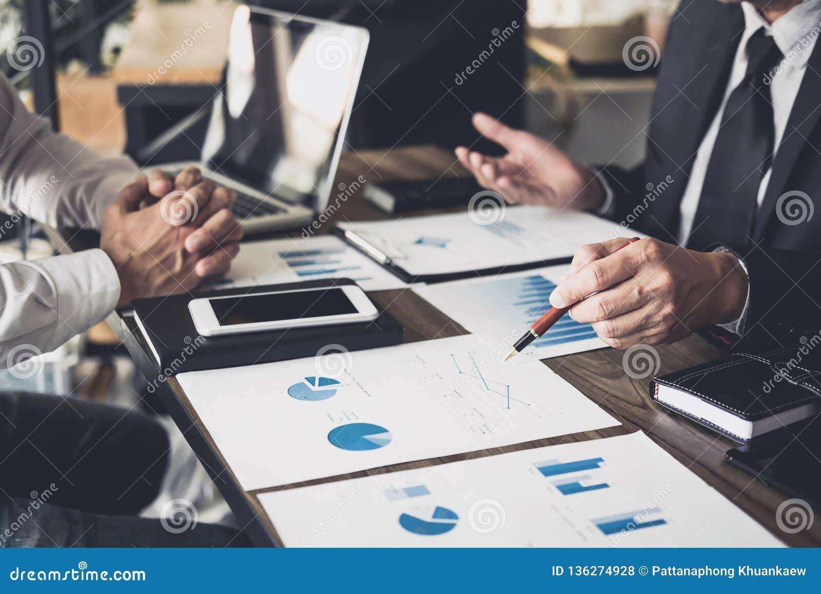 Co pracująca konferencja, biznesu spotkania drużynowa teraźniejszość, inwestorów koledzy dyskutuje nowego planu wykresu pieniężny