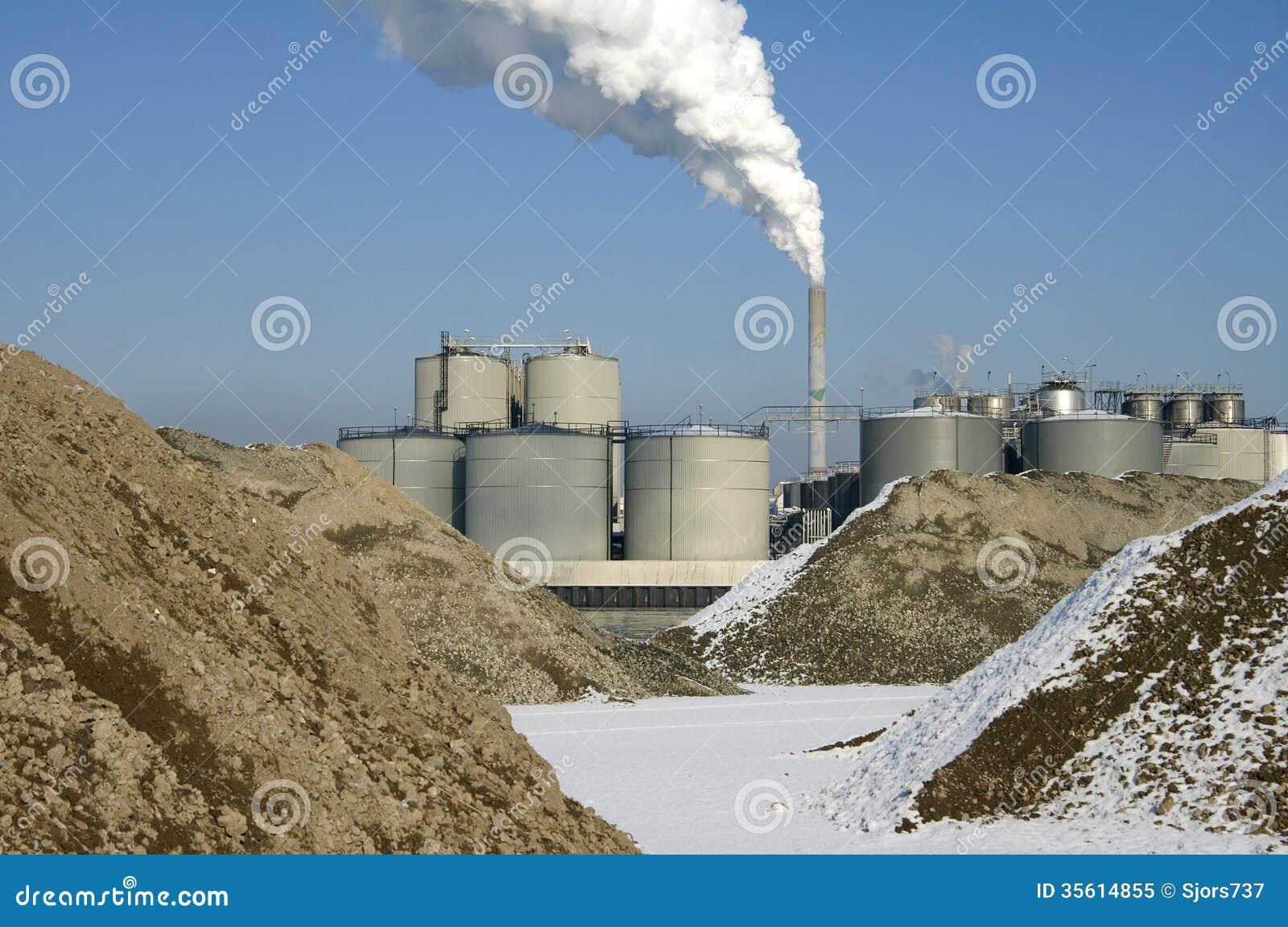 CO2-utsläpp från rökkanalröret av kolkraftväxten