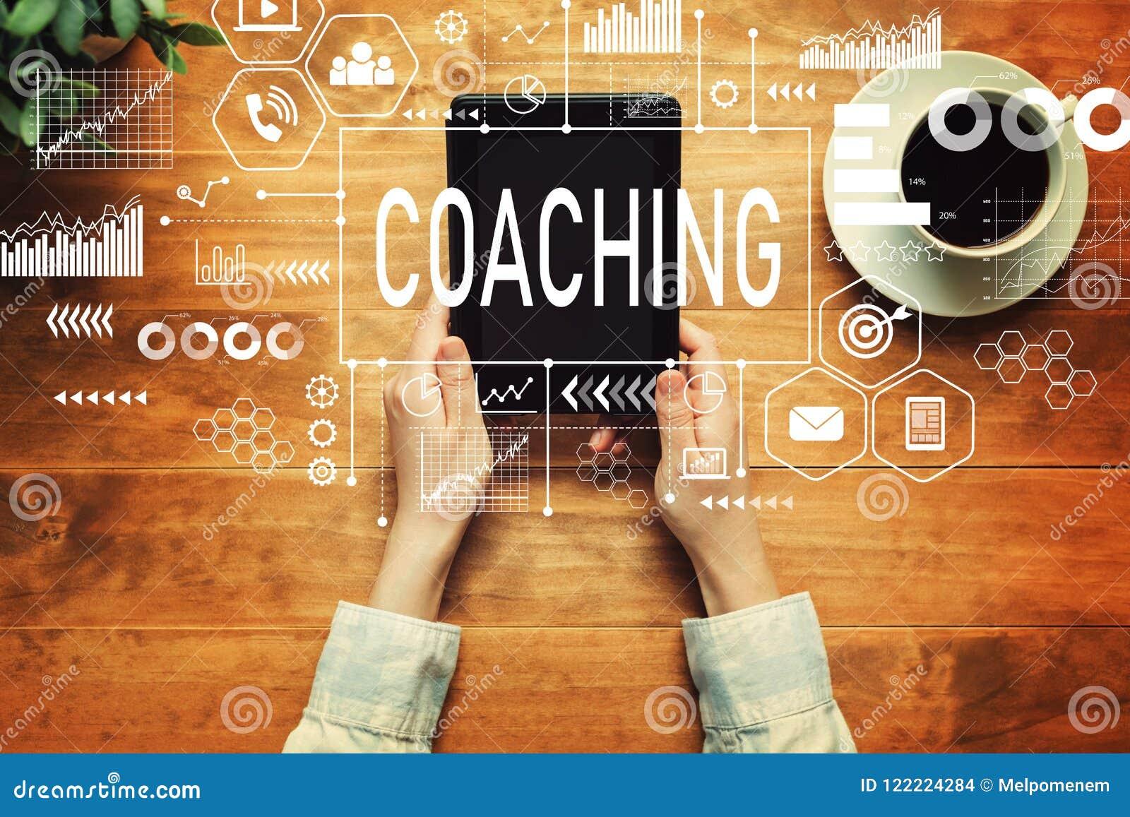Coachning med en person som rymmer en minnestavla