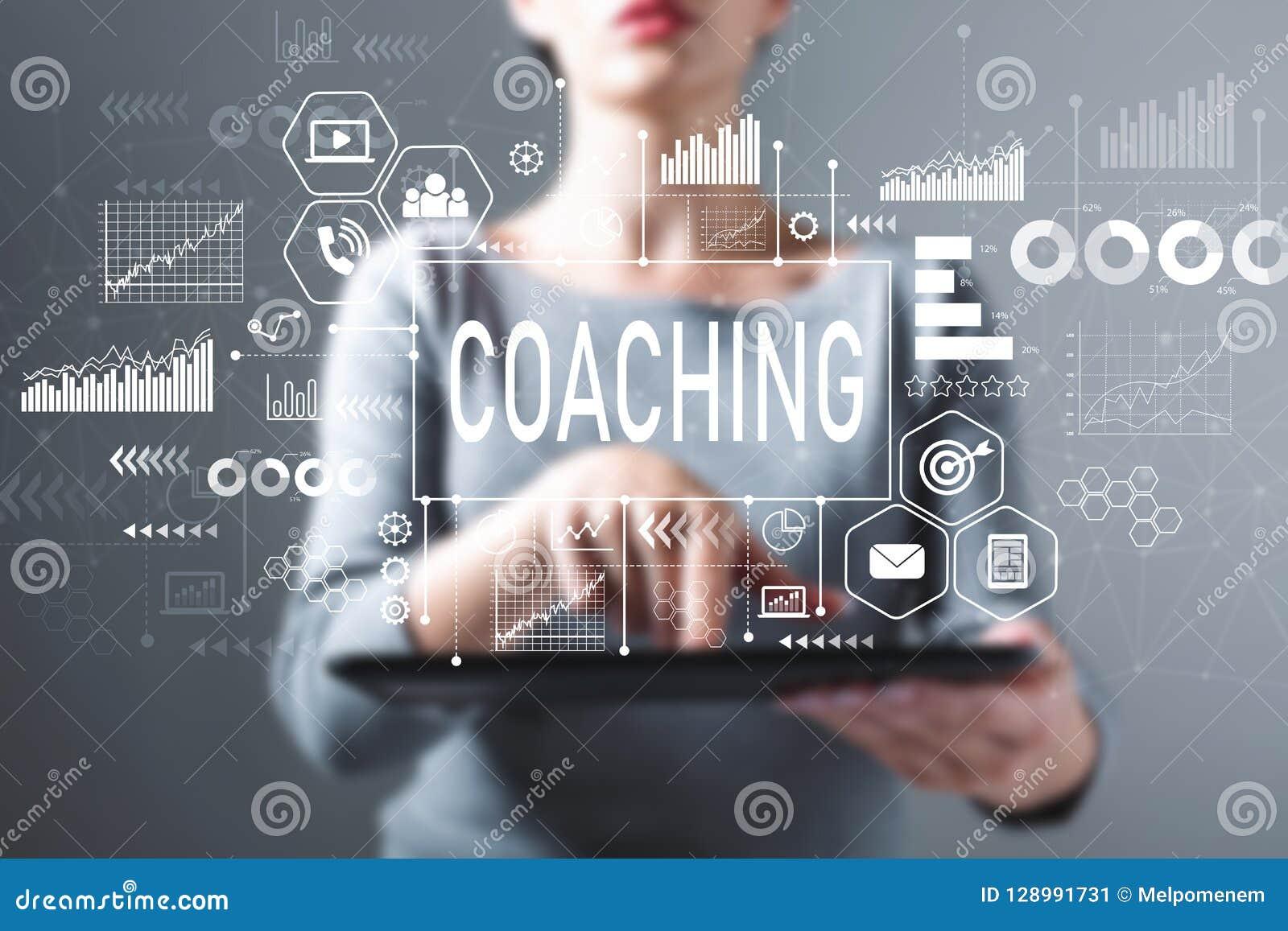 Coachning med kvinnan som använder en minnestavla