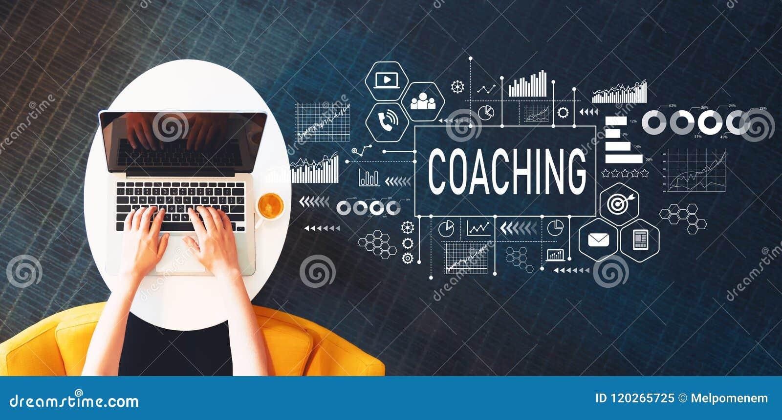 Coachning med personen som använder en bärbar dator