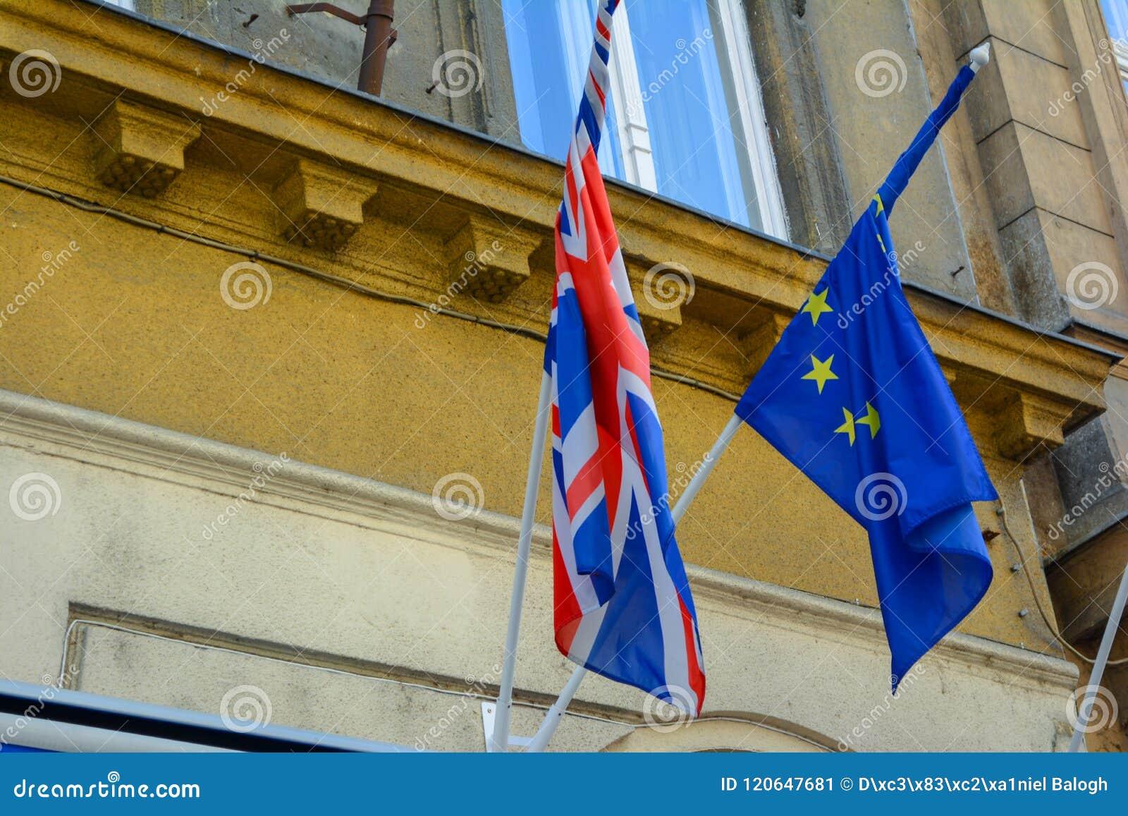 Coalición de las banderas de la UE y de Reino Unido junto Banderas de la unión europea y de Reino Unido uno al lado del otro