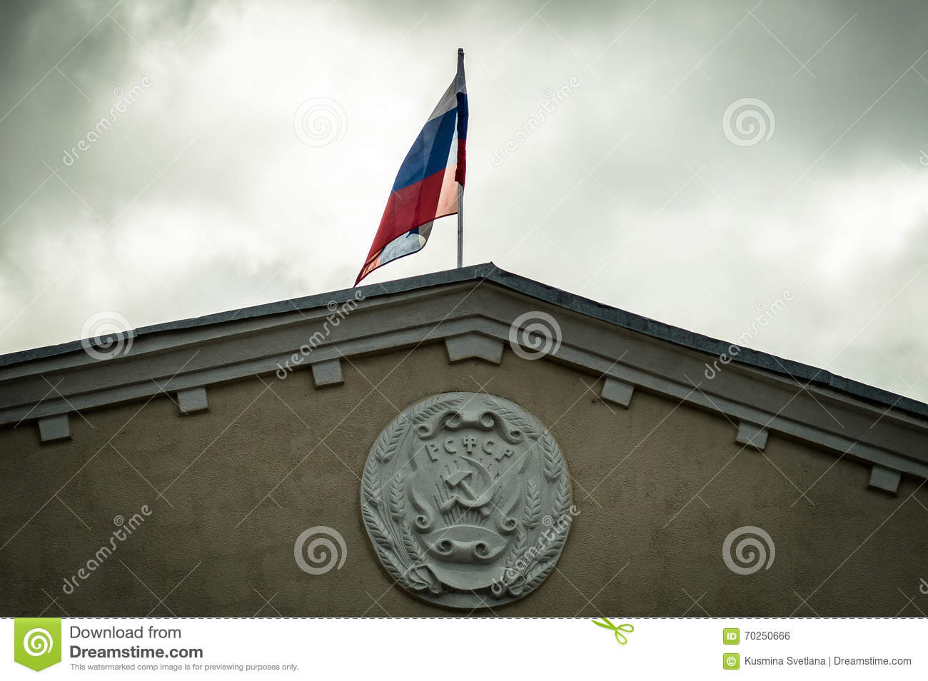 the coat of arms of the rsfsr and the russian flag on the