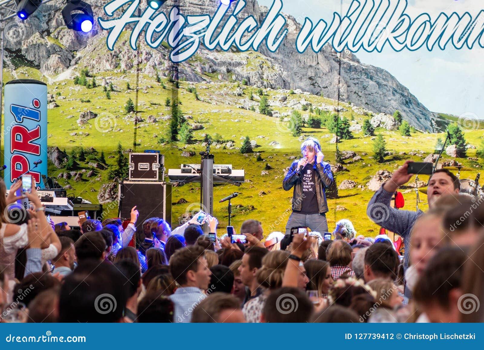 Coblenza Germania 26 09 la folla 2018 incita il krause tedesco del mickie del cantante durante la musica tradizionale del partito