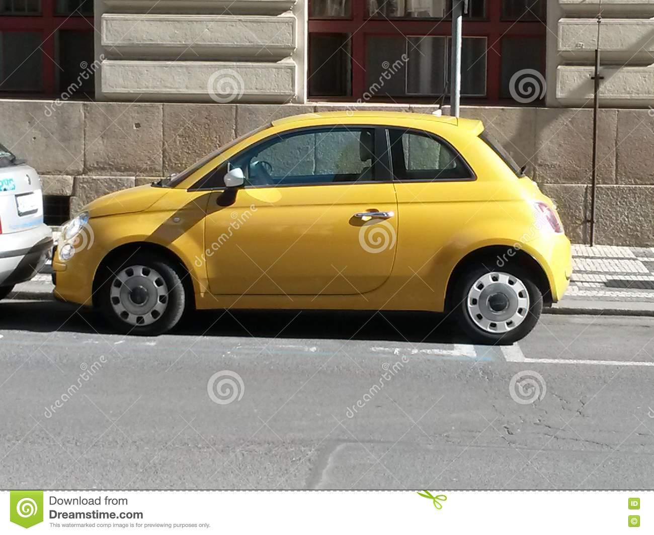 coche amarillo de fiat 500 en praga foto editorial imagen 70727906. Black Bedroom Furniture Sets. Home Design Ideas