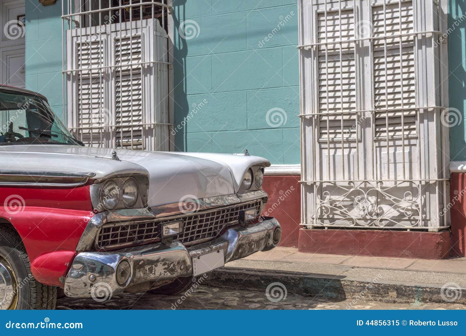 Coche clásico americano delante de una casa colonial en Trinidad, Cuba