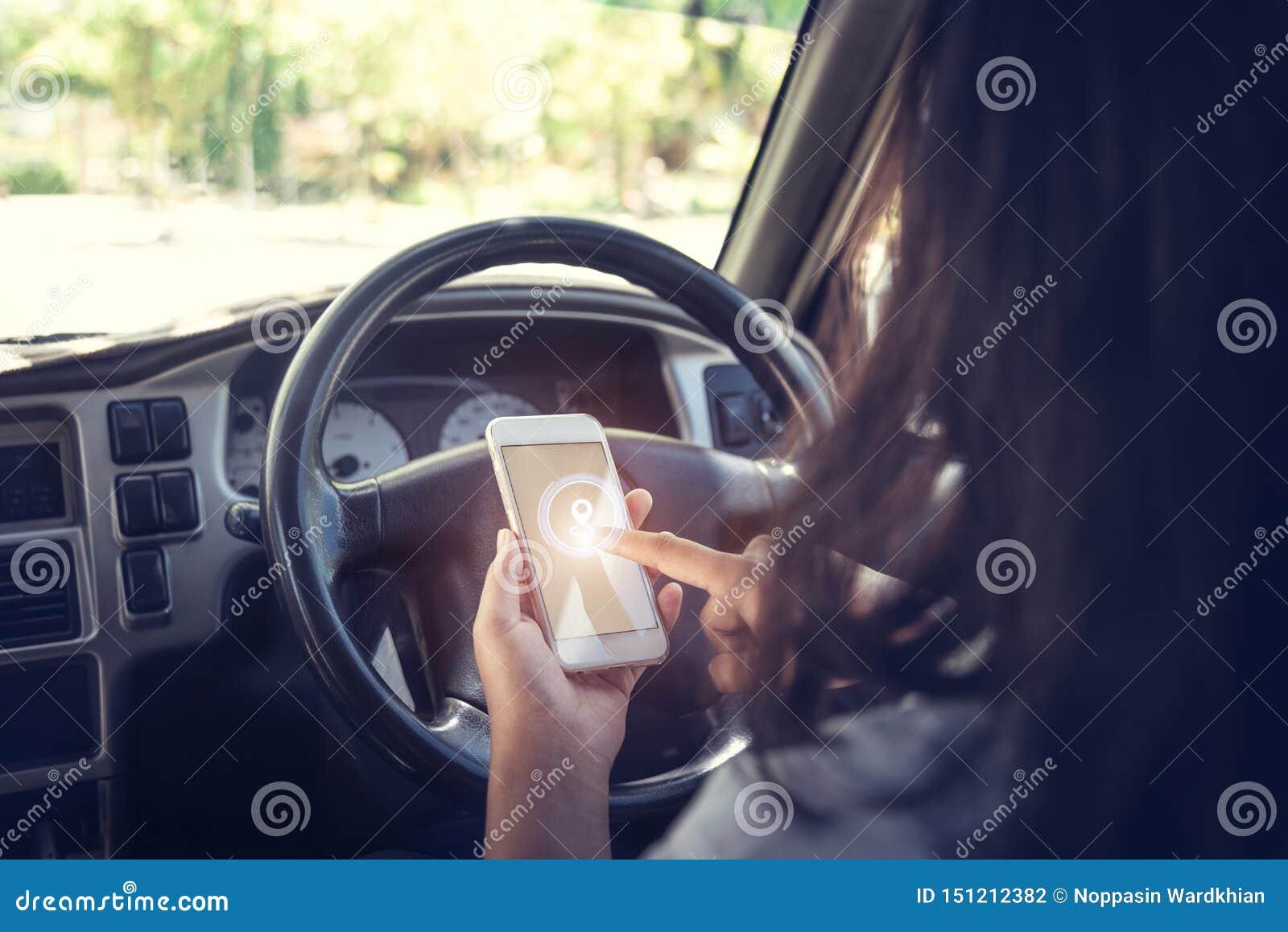 Coche contra el hombre de negocios que usa un smartphone