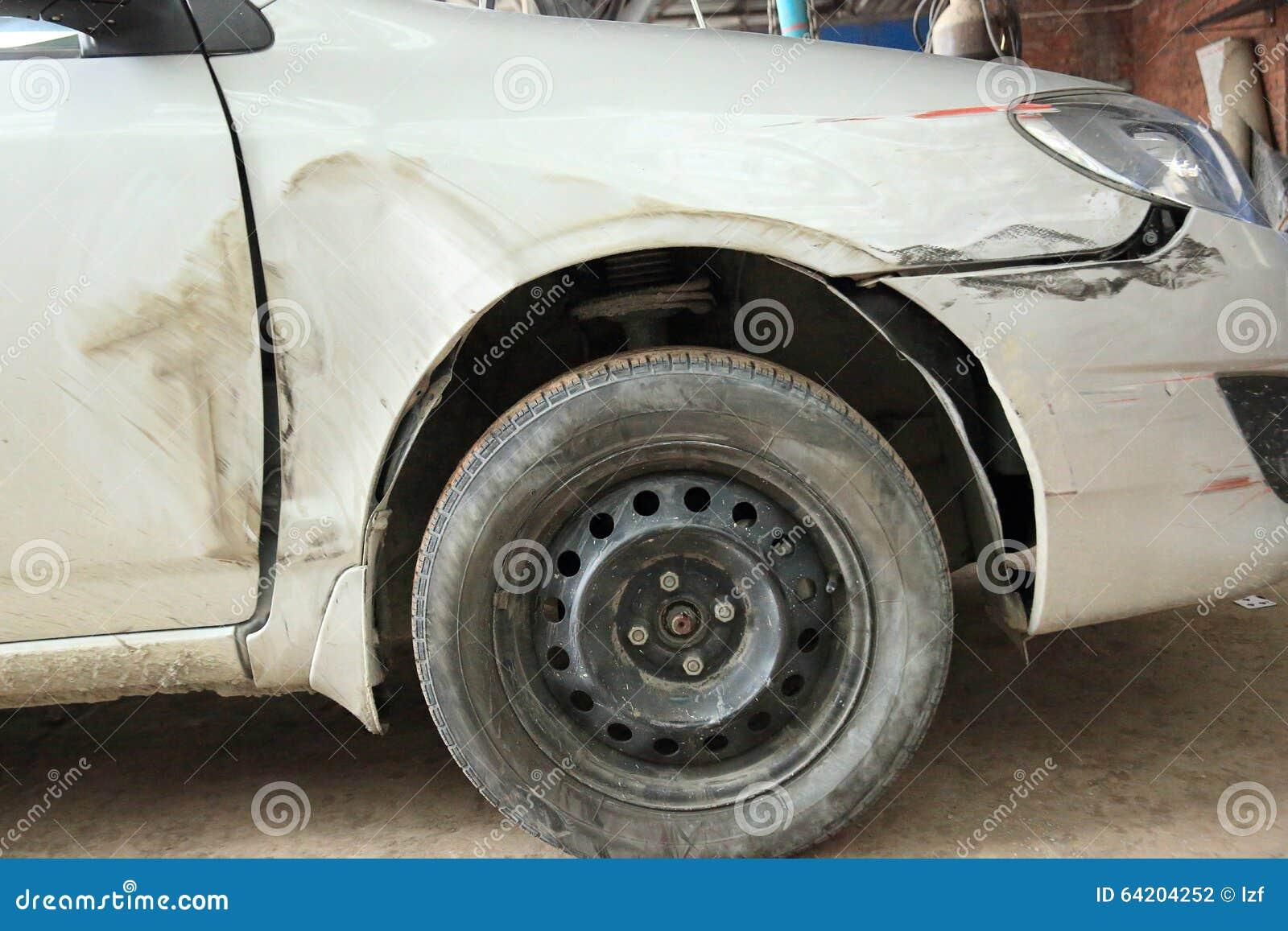 Coche dañado después del accidente
