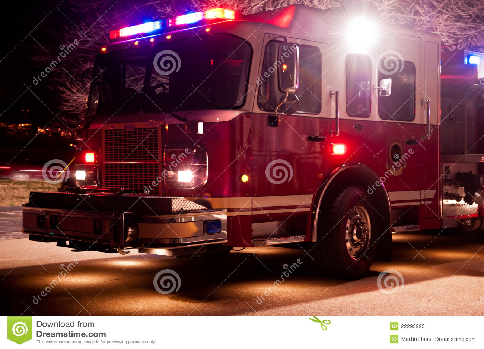Coche de bomberos en la emergencia de la noche