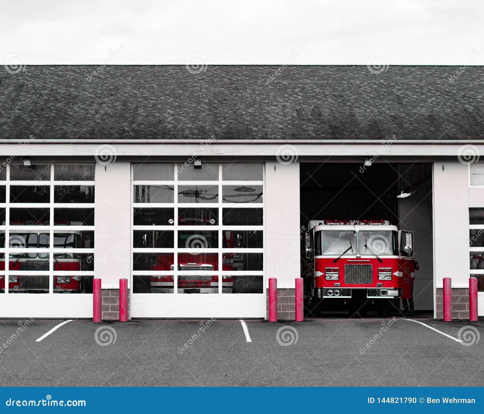 Coche de bomberos en la estación