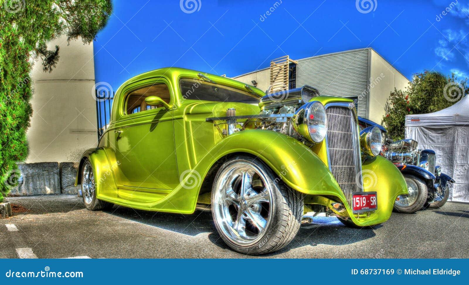 Coche de carreras verde de los años 30 del vintage