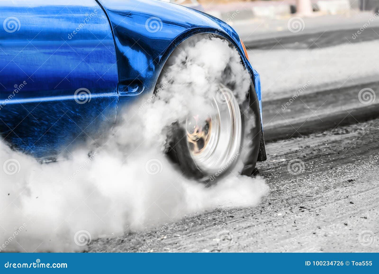 Coche de competición de la fricción de la impulsión de rueda delantera en la línea del comienzo