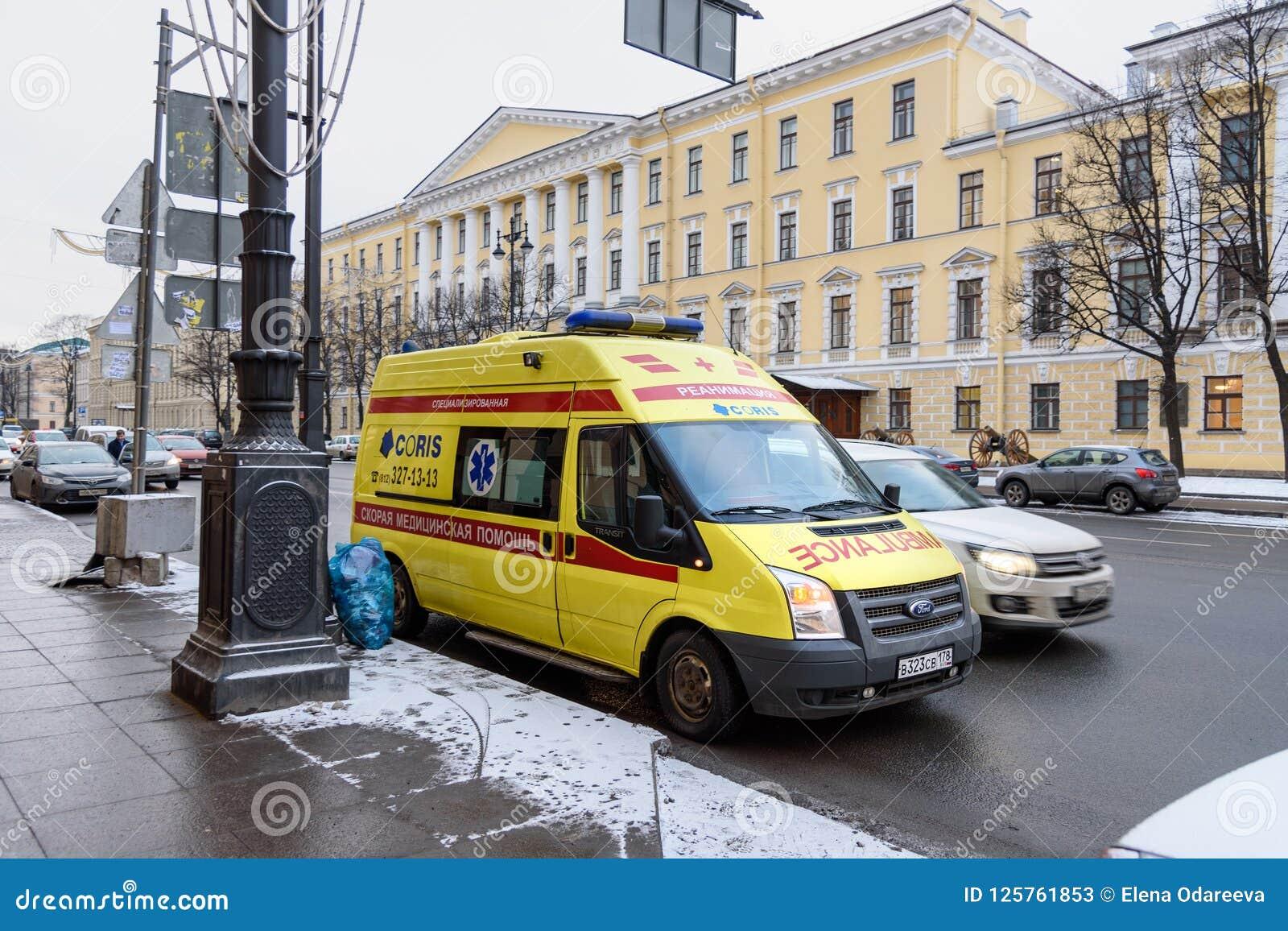 Coche de la ambulancia en la calle en St Petersburg, Rusia