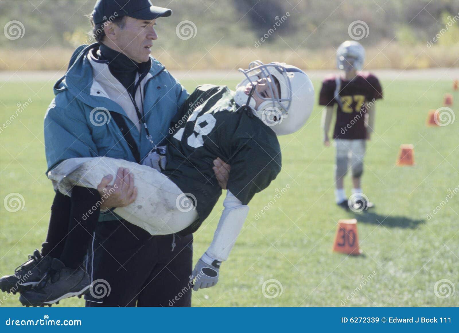Coche de la liga pequeña con el futbolista dañado