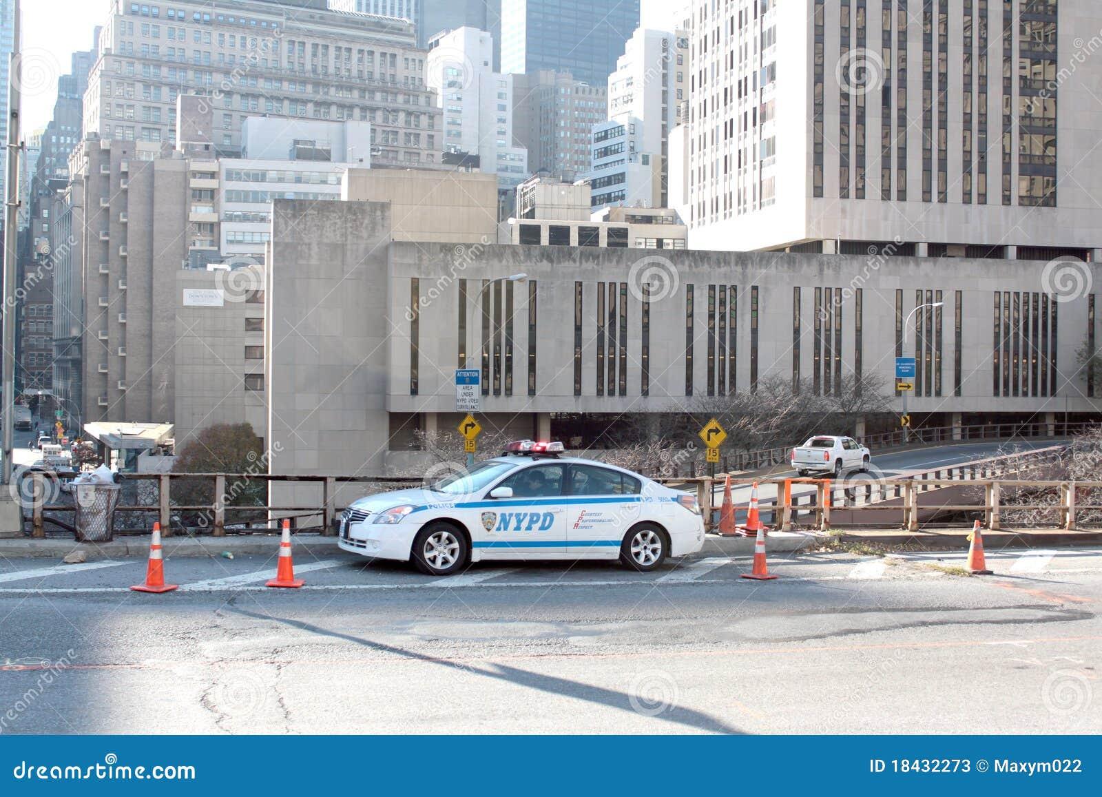 Coche de NYPD en el puente de Brooklyn