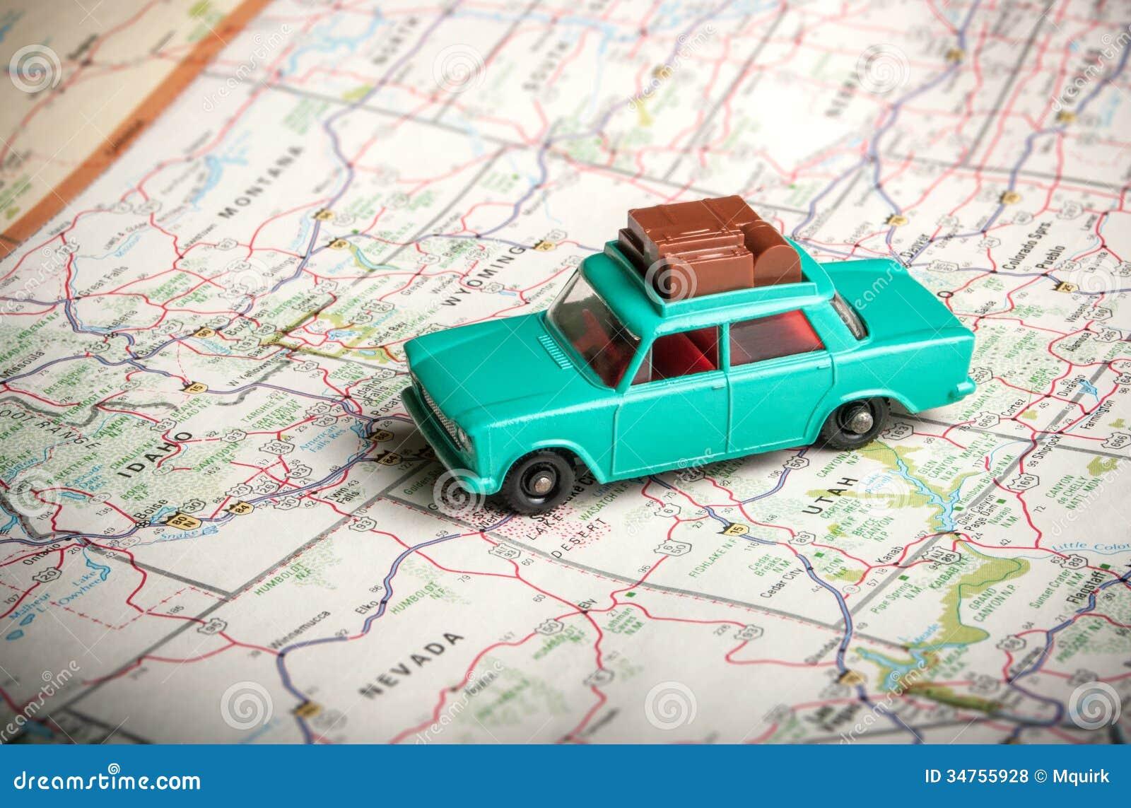 Coche del juguete en un mapa de camino