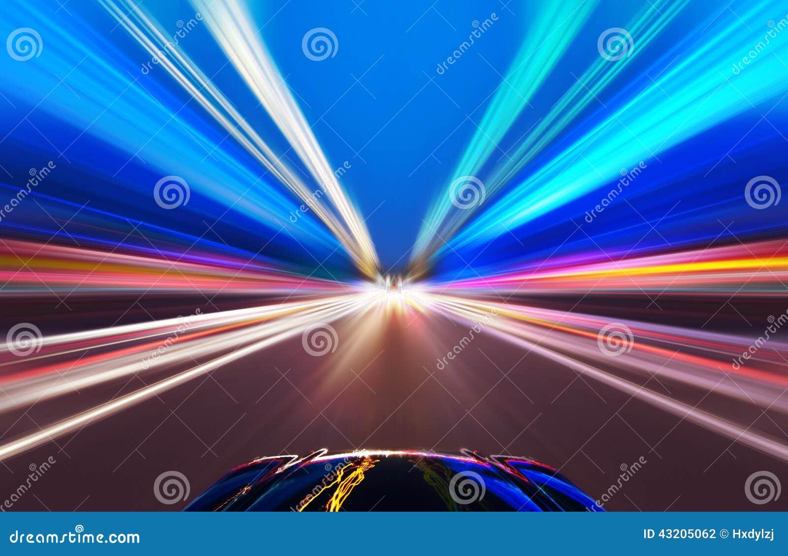 Coche en el camino con el fondo de la falta de definición de movimiento