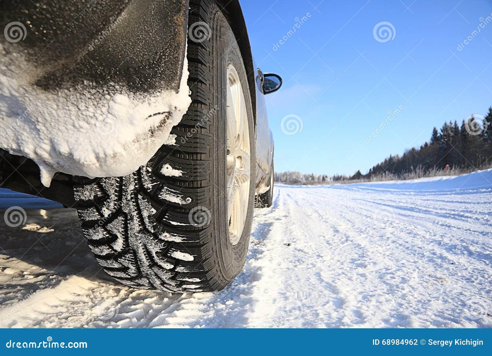 Coche en el camino del invierno