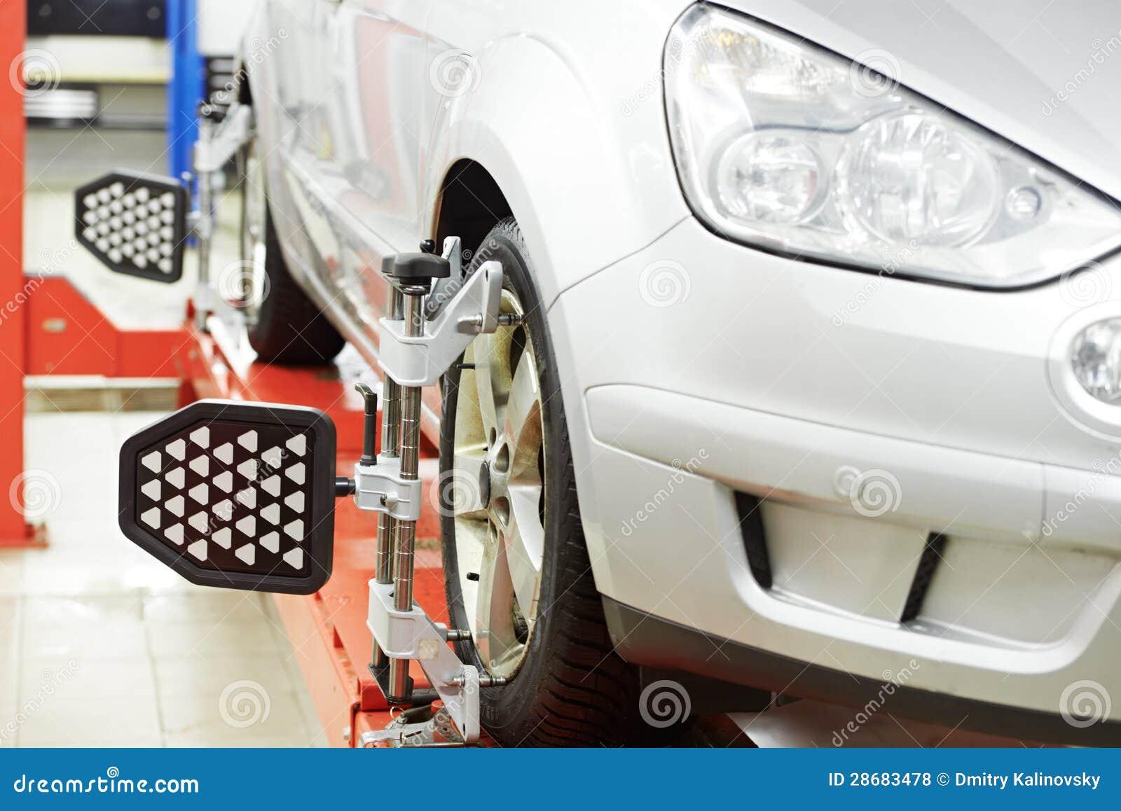 Coche en el probador del diagnóstico de la alineación de rueda