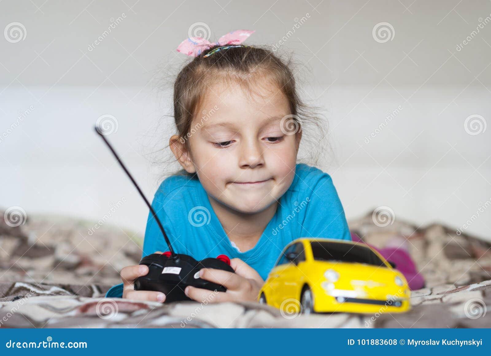 Coche hermoso de la muchacha y del juguete