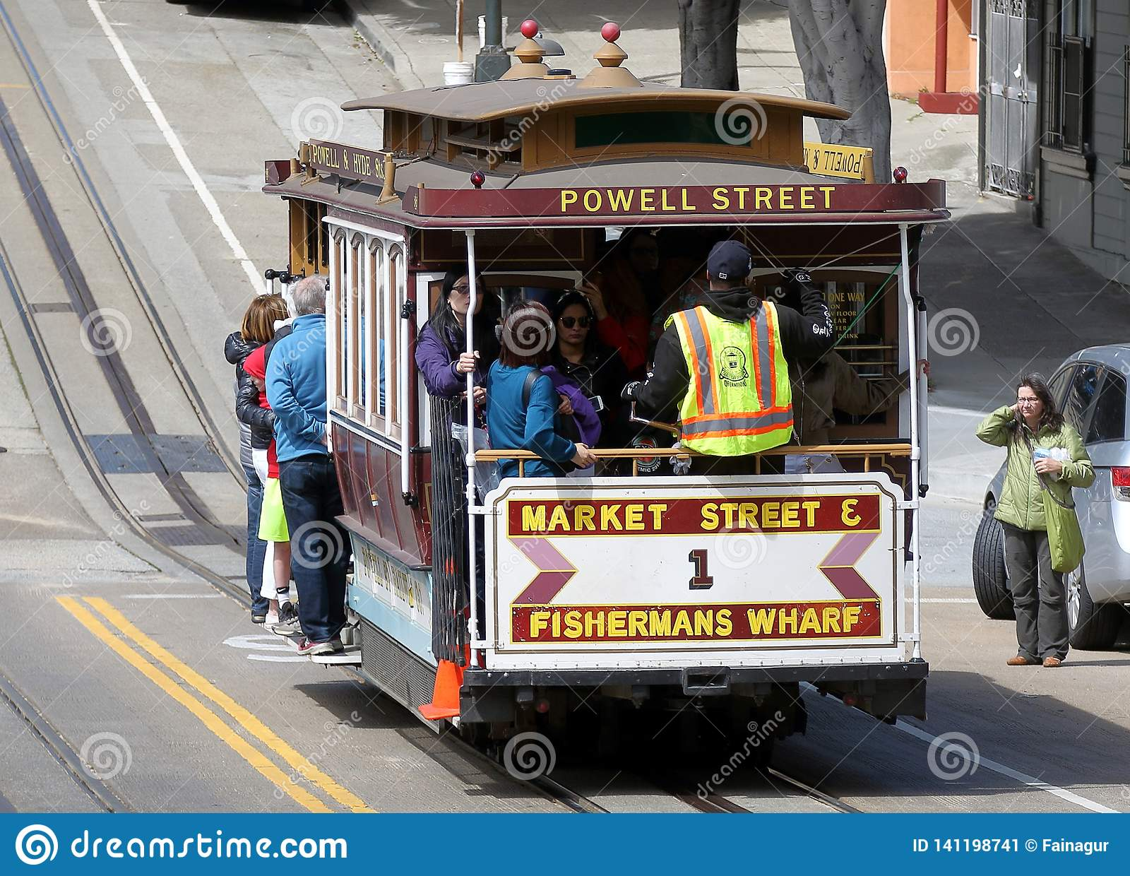 Coche histórico de la calle que transporta a pasajeros en San Francisco, CA