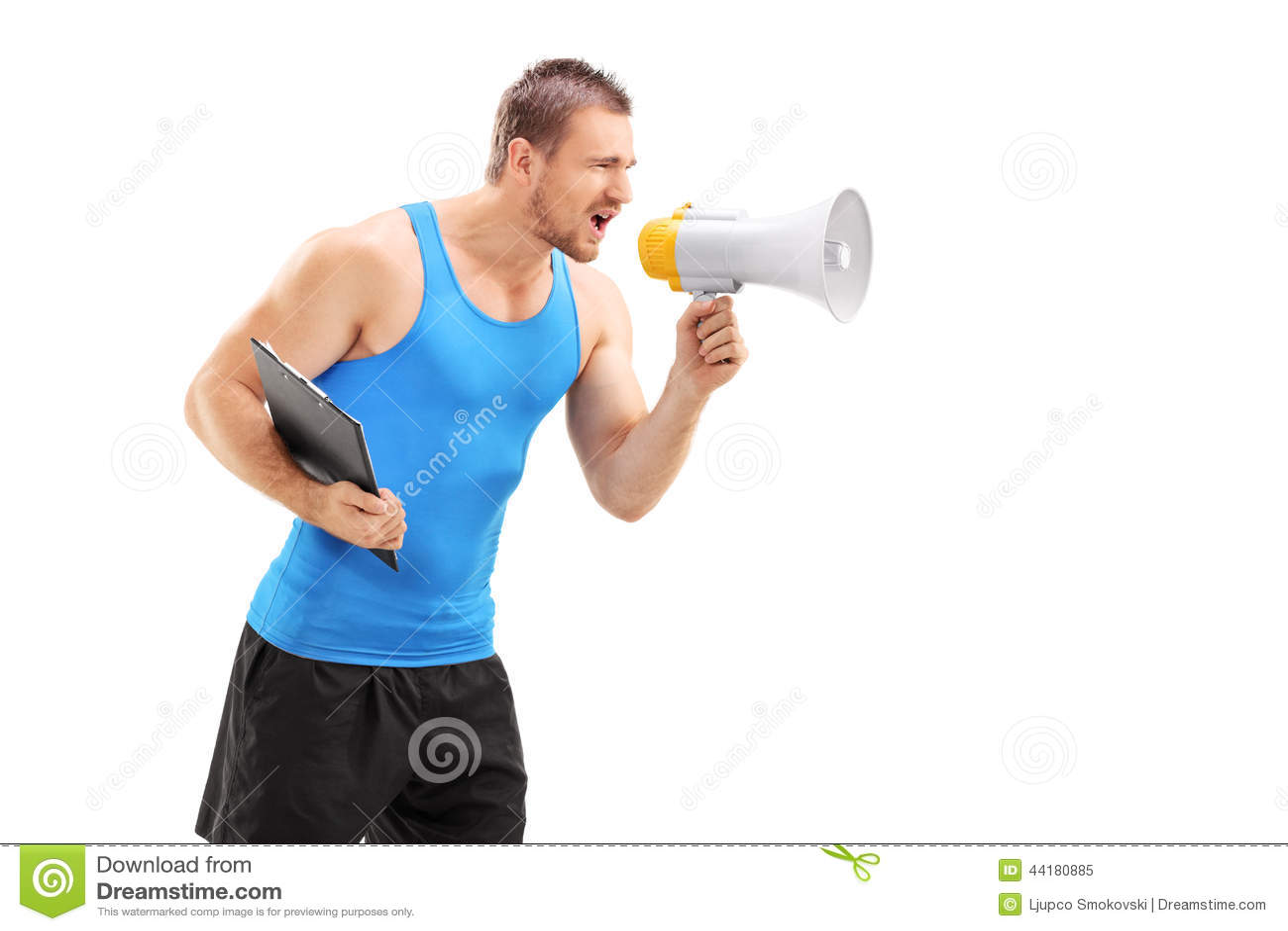 Coche masculino de la aptitud que grita a través de un megáfono