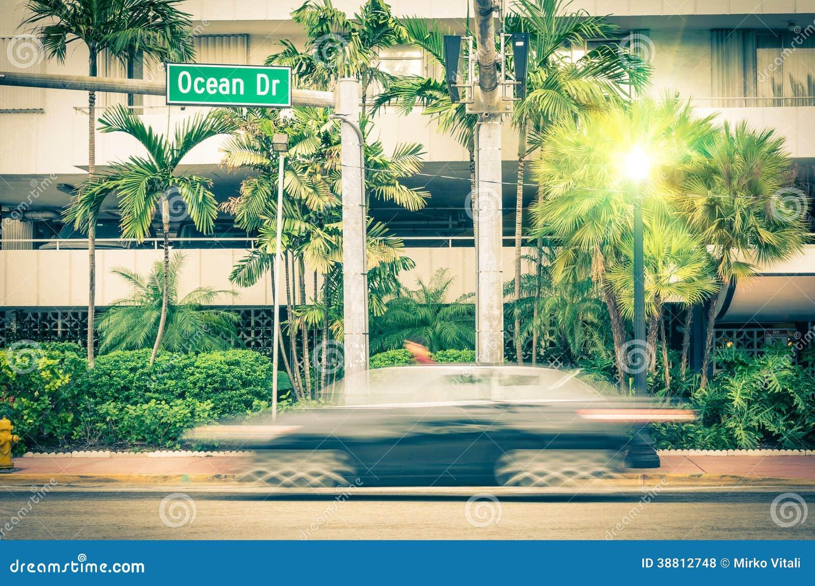 Coche moderno que apresura a lo largo de la impulsión del océano en Miami