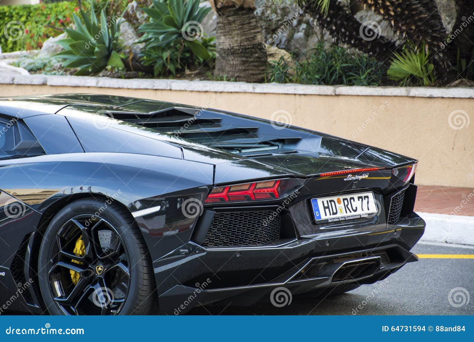 Coche negro de Lamborghini en la calle