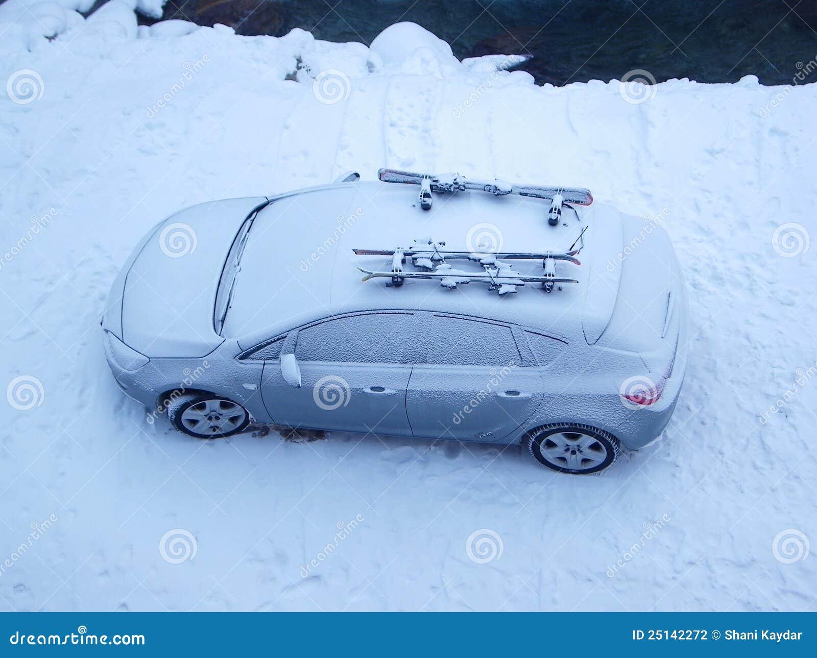 Coche nevado en invierno